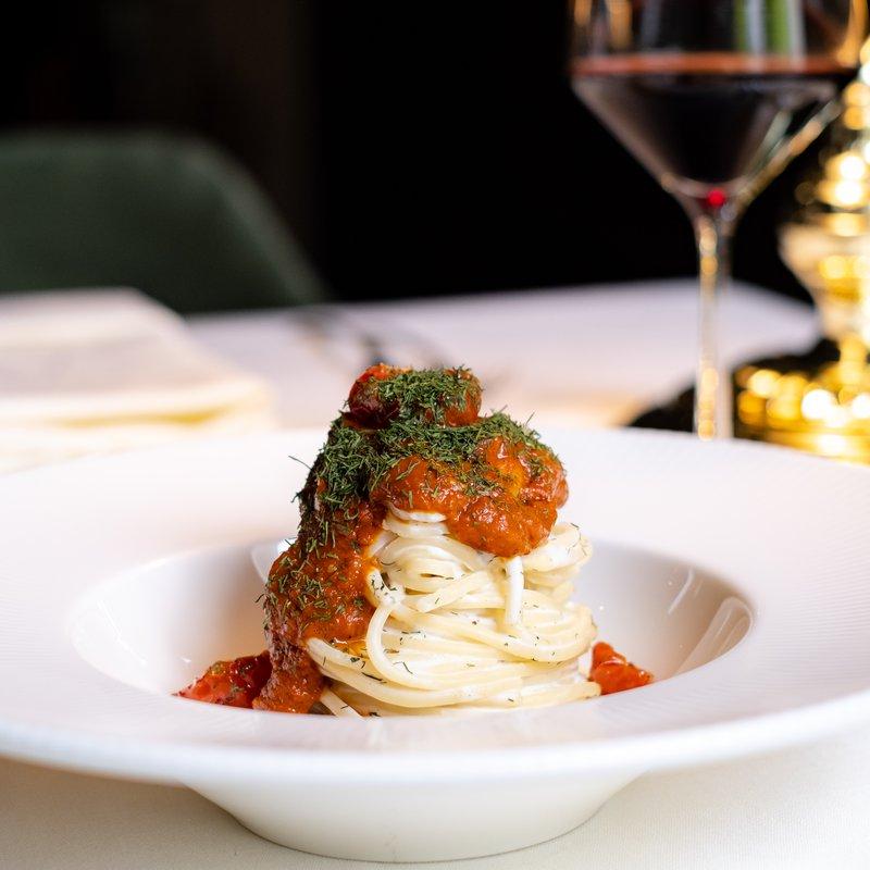 Spaghetti in salsa di mandorle bianche, pomodori arrosti e aneto