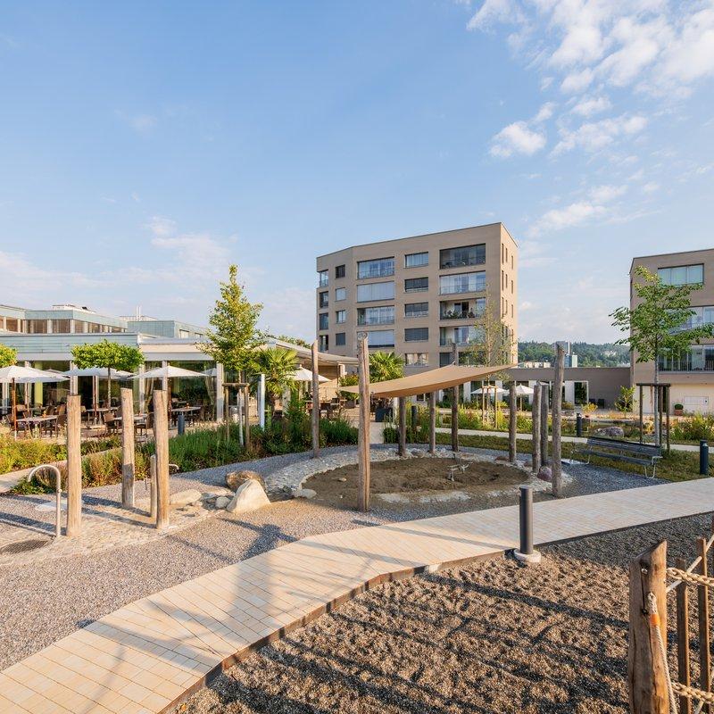 Restaurant Schönbühl, Terrasse und Aussenbereich mit Spielplatz für die kleinen Gäste