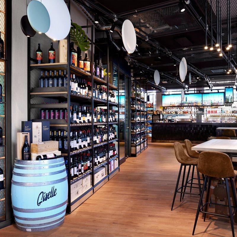 Barbetrieb im Wein, Bier & Spirituosen-Bereich von Smith & Smith.
