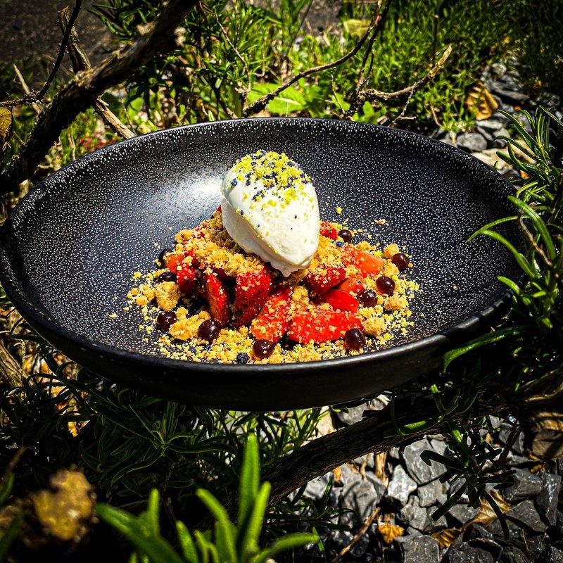 Marinierte Basilikumerdbeeren mit einem Jogurt-Honig Eis dazu Haselnusscrumble und Balsamicoperlen