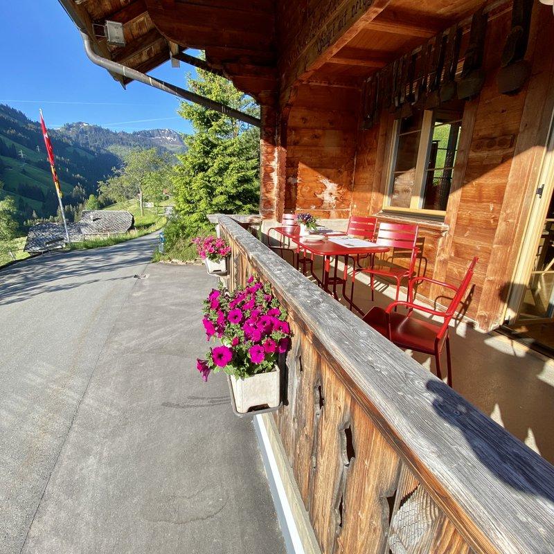 """Die """"rote Terrasse"""" küsst dich morgens mit Sonnenstrahlen."""
